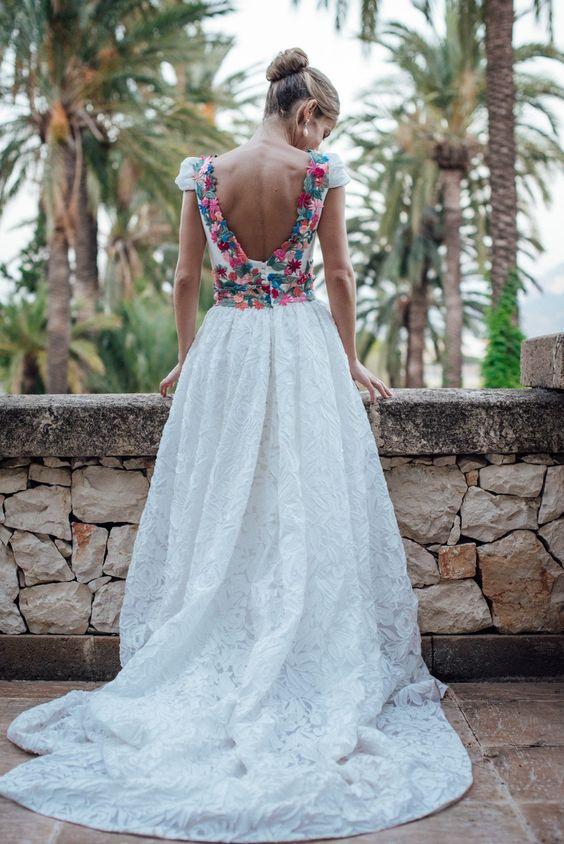 un vestido de novia con arreglo artesanal