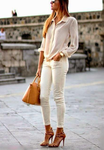 una joven mujer vestida de blanco